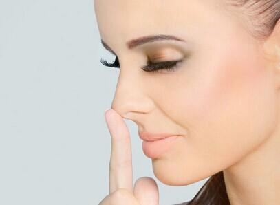 隆鼻鼻子肿了怎么快速消肿