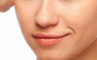 假体隆鼻术后留下了明显的疤痕,这是怎么回事